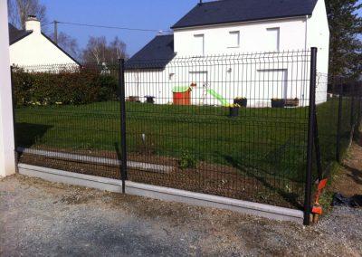 Installation d'une clôture anthracite avec plaque de soubassement à Treillières