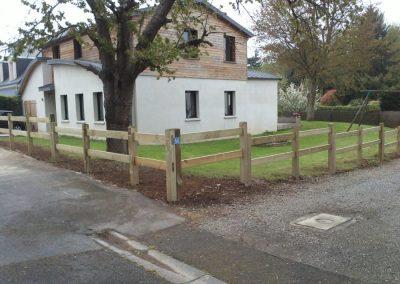 Mise en place d'une clôture avec poteaux mortaisés en pin à ORVAULT