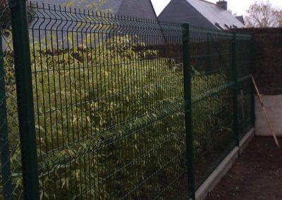 Pose d'une clôture en panneaux rigides avec plaque de soubassement