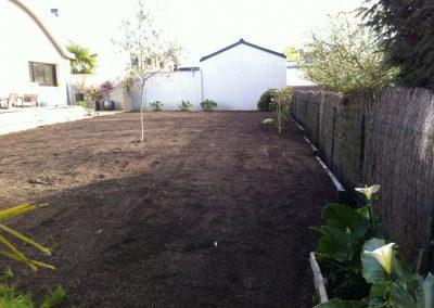 Mise en place de plaques de soubassement en vue d'égaliser le terrain et supprimer le fossé.